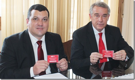 2015-01-27 - Firma Luis Gneiting Gobernador de _Itapua y Alfonso Romero Pte Ajudepa